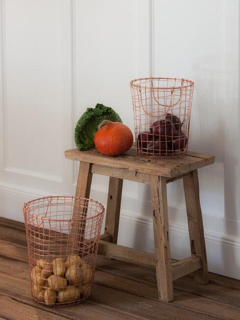 Drewniany stolik i drewniana podłoga