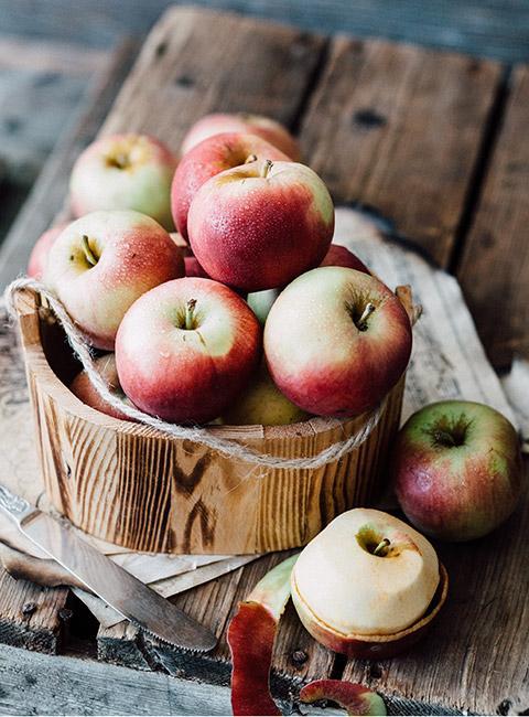 jabłka w drewnianym wiadrze