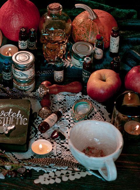 Dekoracje na Adnrzejki wraz z owocami jesiennymi na stole