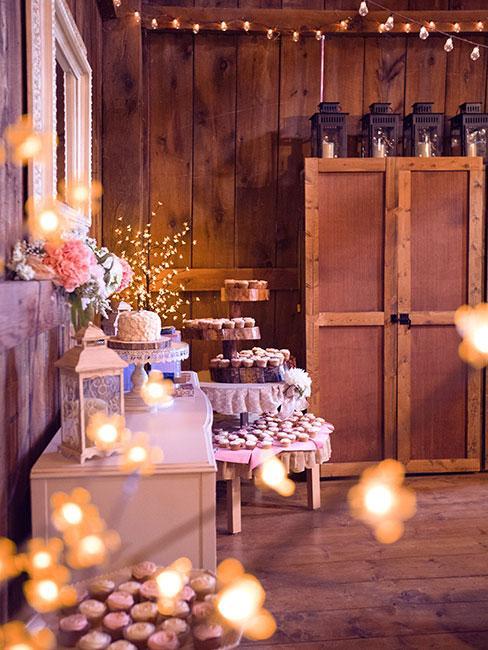 Rustykalny salon w drewnie z fioletowymi dekoracjami i światełkami