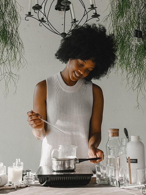 Młoda kobieta przygotowująca świeczki na lanie wosku