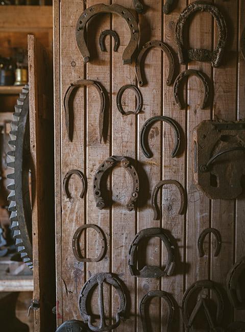 drewniana ściana z podkowami