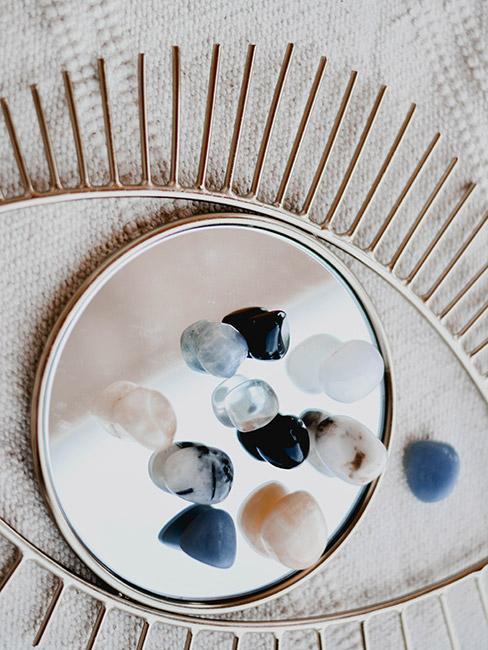 Kamienie półszlachetne na lustrze w kształcie oka