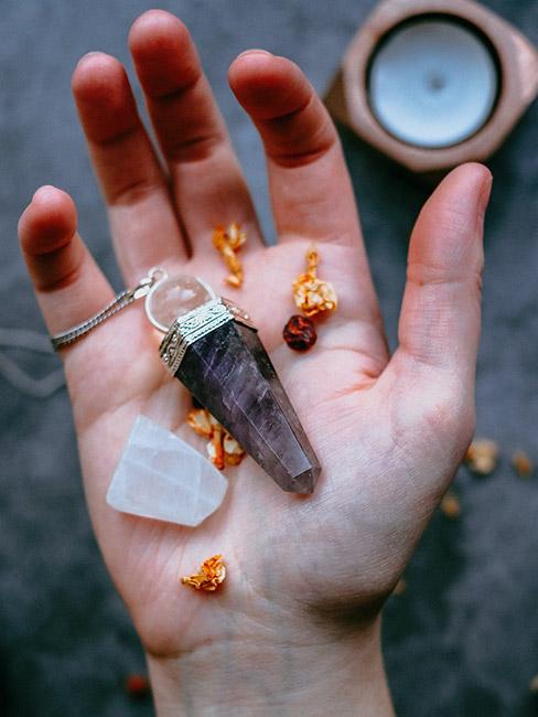 Otwarta dłoń z naturalnymi kamieniami