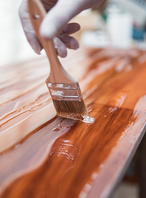 Malowanie drewna po usunięciu żywicy
