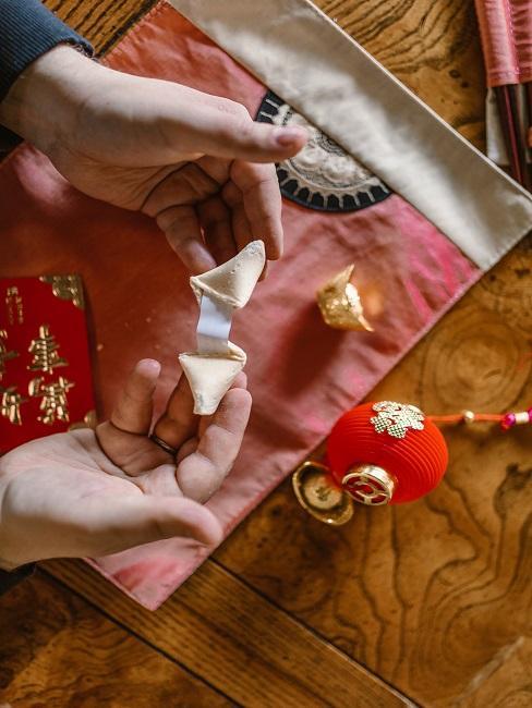 Dłonie trzymające ciasteczko z wróżbą