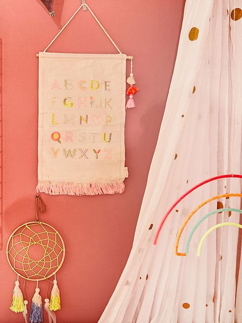 łapacz snów i tęcza w pokoju dziecięcym na tle różowej ściany