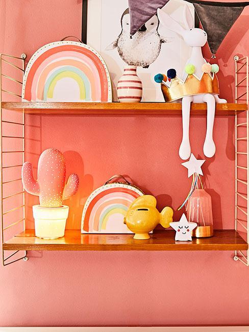 Regał w pokoju dziecięcym z dekoracjami w kształcie tęczy