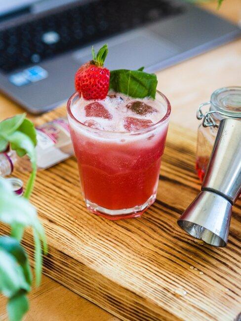 Szklanka z napojem z truskawek z lodem