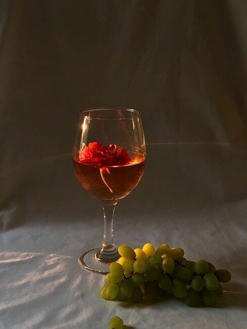 Kieliszek wina, obok winogrona