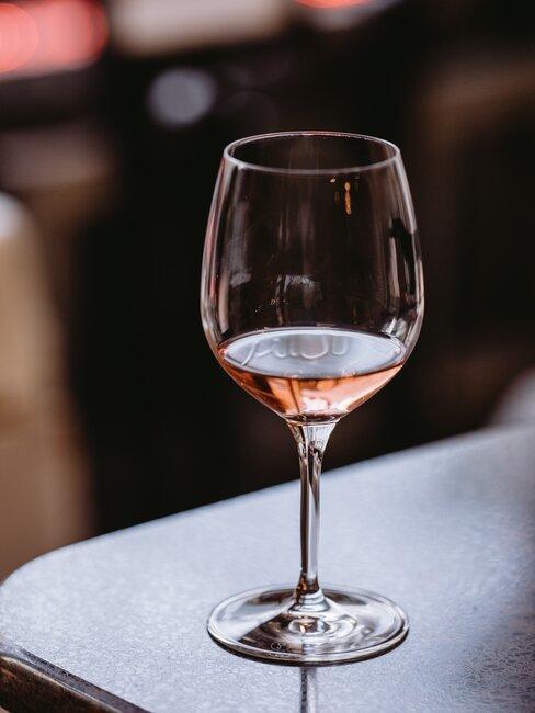 Kieliszek różowego wina