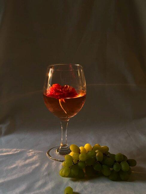 Kieliszek różowego wina stojący na stole