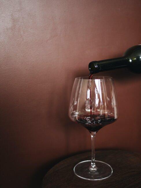 Nalewanie czerwonego wina do kieliszka