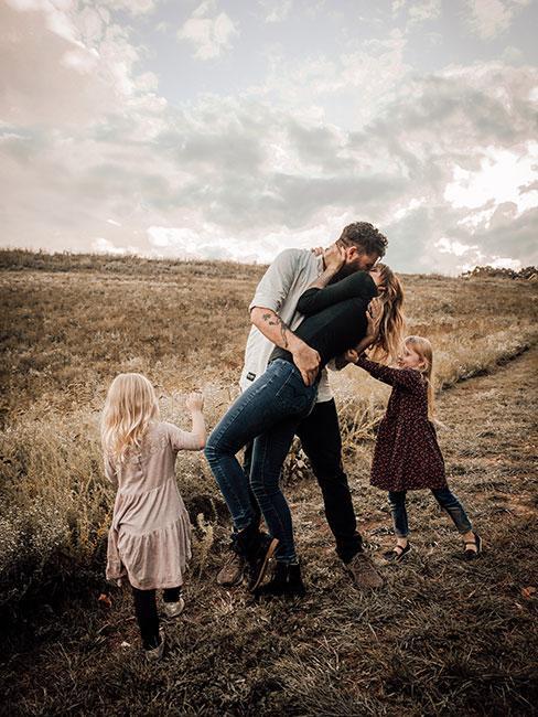 Młoda rodzina na tle pola