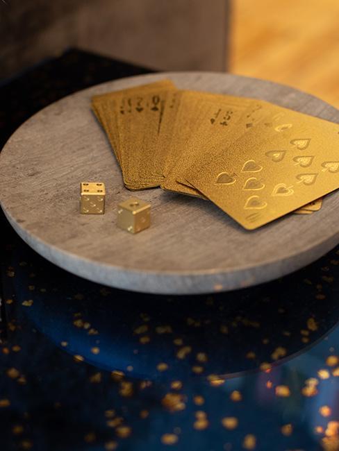 Złote karty klasyczne do wróżenia z kart na marmurowym podstawku