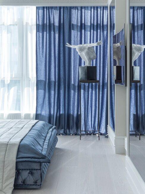 Granatowa sypialnia w stylu retro, rzeźba w kącie pokoju