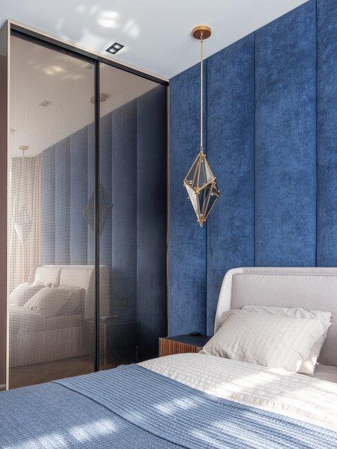 Granatowa sypialnia z miękkim łóżkiem i lustrem