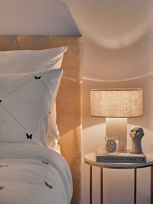 beżowa lampka nocna z lnu w beżowej sypialni