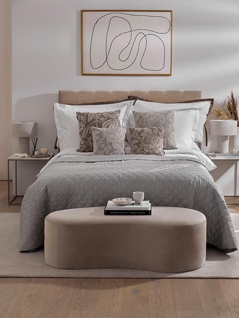Sypialnia marzeń w kolorach szarości i beżu z ławką z aksmaitu