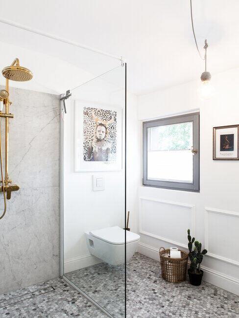 Wnętrze jasnoszarej łazienki z lustrem