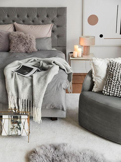Przytulna zimowa sypialnia z szarą pościelą z kaszmiru i poduszkami z futra w odiceniach delikatnego różu