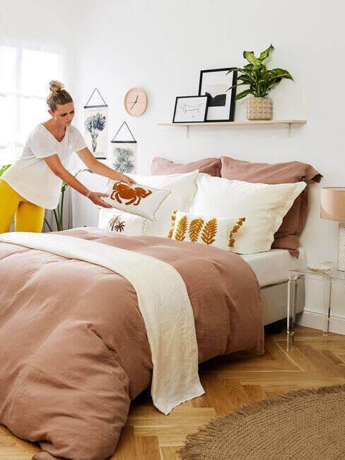 Sypialnia w ciepłych kolorach, łóżko z brzoskwiniową pościelą