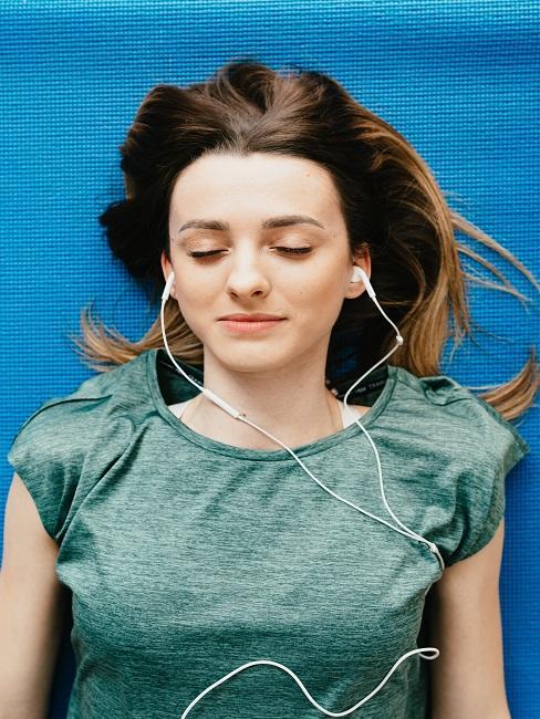 Kobieta słuchająca muzyki na dobry sen