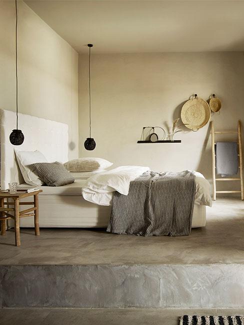 Sypialnia wabi sabi chłodnych odcieniach beżu z naturalnymi meblami