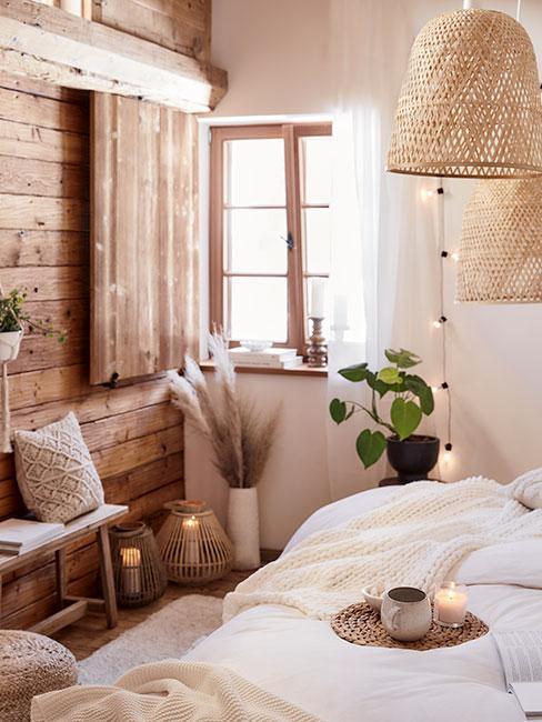 Rustykalna sypialnia w drewnie z białą pościelą i naturalnymi dekoracjami