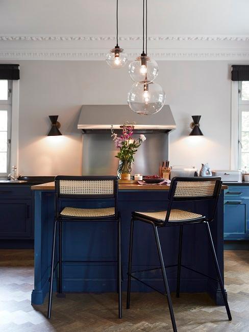 Kuchnia bez górnych szafek z niebieskimi szafkami