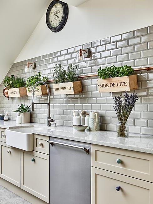 Kuchnia bez górnych szafek z płytkami