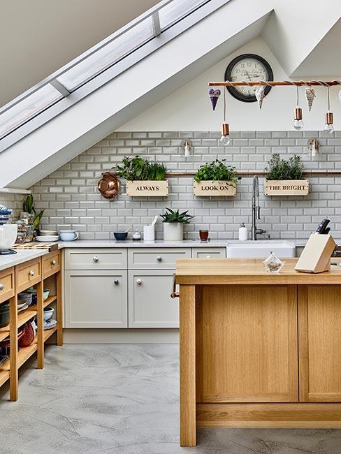 Kuchnia bez górnych szafek na poddaszu