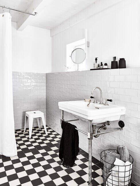 Czarno-biała łazienka z posadzką w szachownicę