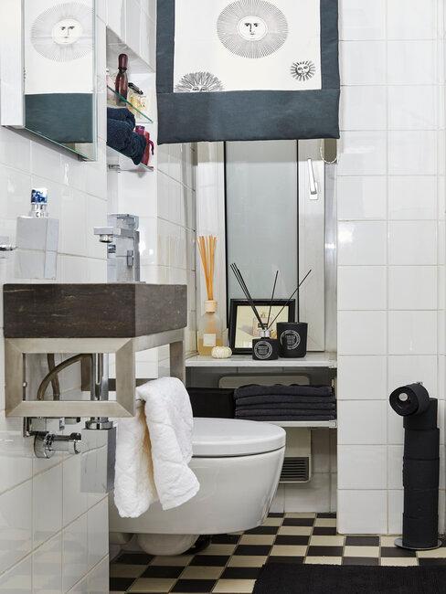 Łazienka w drewnianą umywalką, na półce kadzidełka