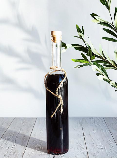 Butelka nalewki z czarnej porzeczki