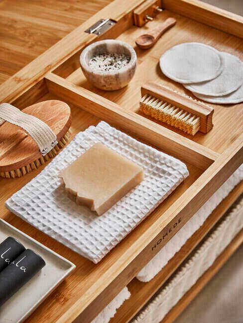 Drewniana taca na kosmetyki w łazience