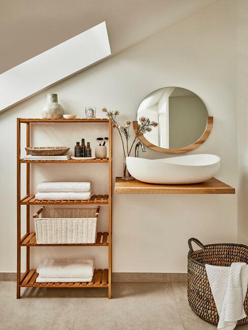 Wnętrze łazienki z drewnianymi półkami