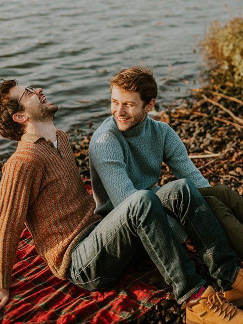 Dwoje młodych mężczyzn nad jeziorem