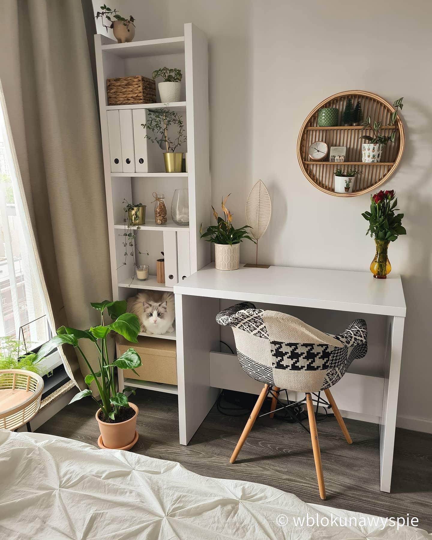 Małe biurko w sypialni z białym regałem w stylu skandynawskim