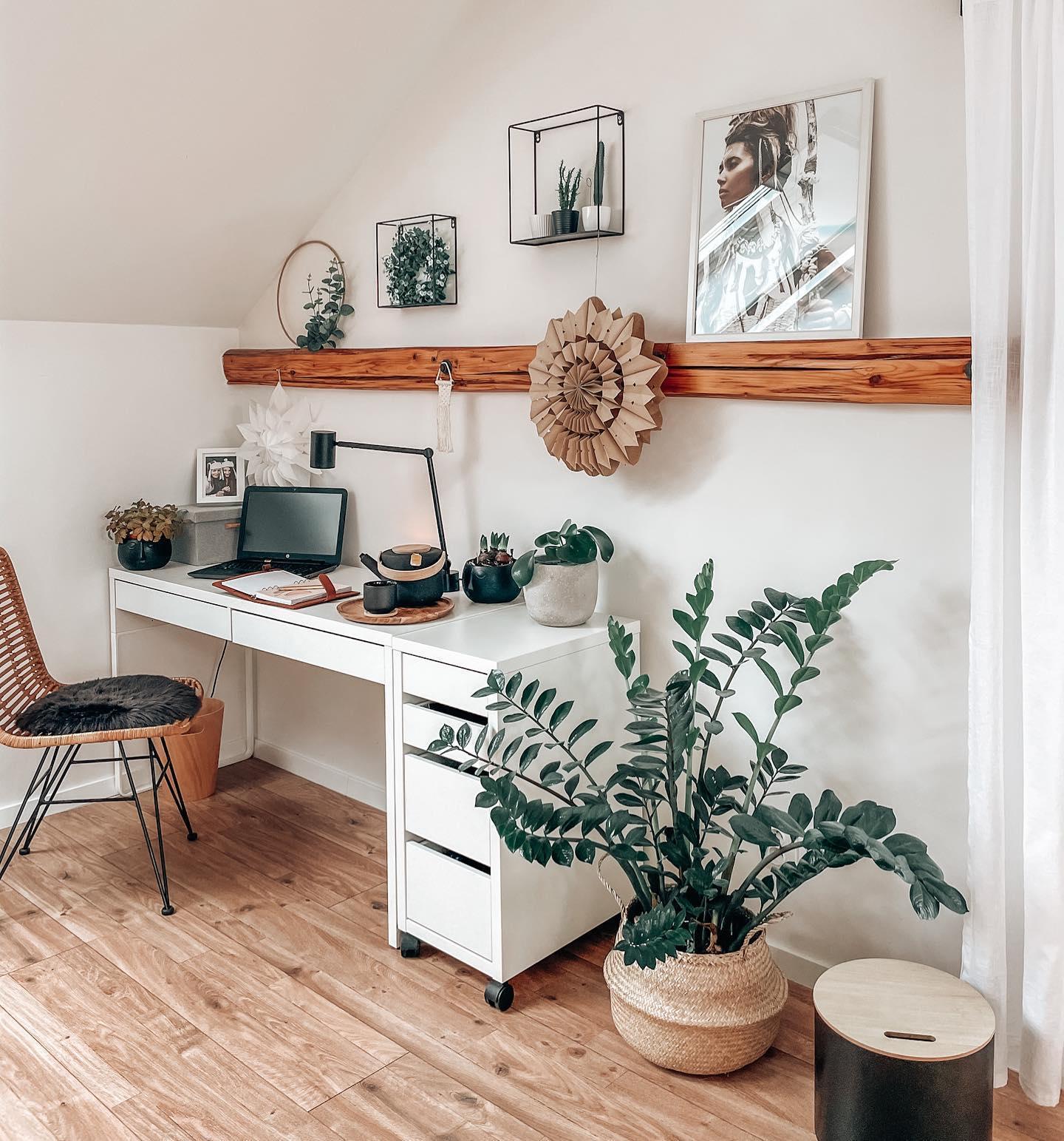 Kącik z białym biurkiem i brązowym krzesłem na poddaszu z fikusem w koszu z trawy morskiej