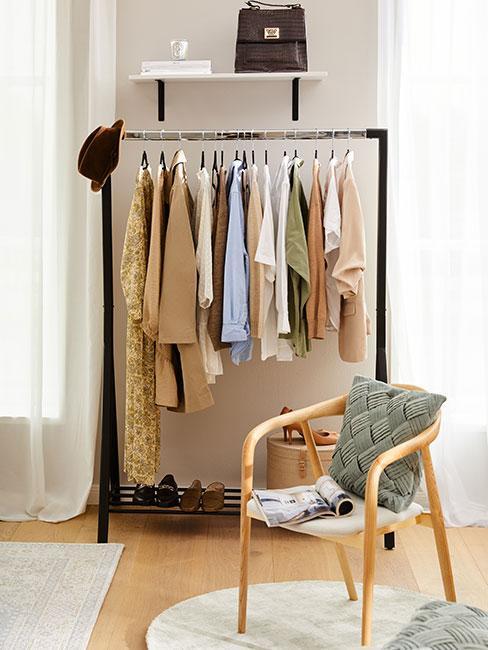 Stojak na ubrania w salonie z dużymi oknami