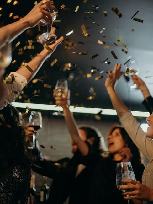 Ludzie wnoszący toast
