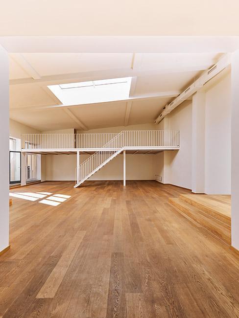 Duże mieszkanie w lofcie z drewnianą podłogą bez mebli