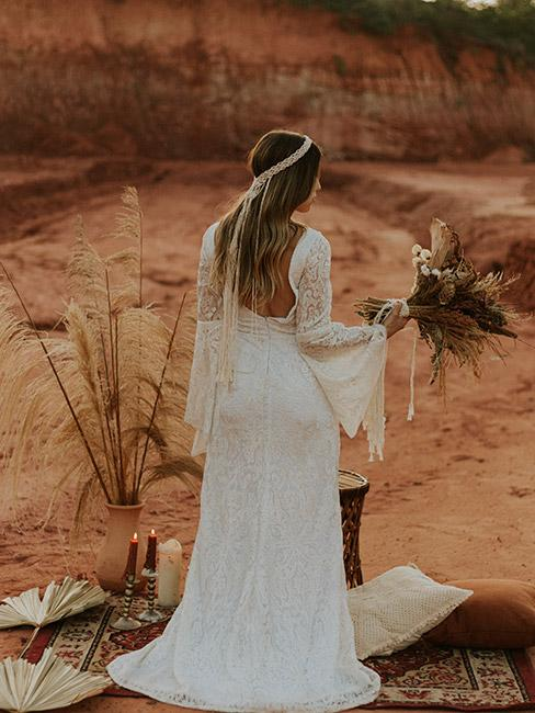 Młoda kobieta w sukience w stylu boho na tle pustyni