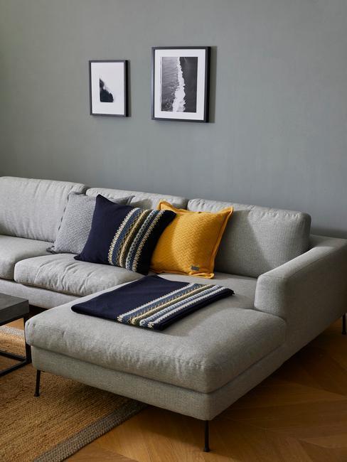 Šedá obývačka v škandinávskom štýle