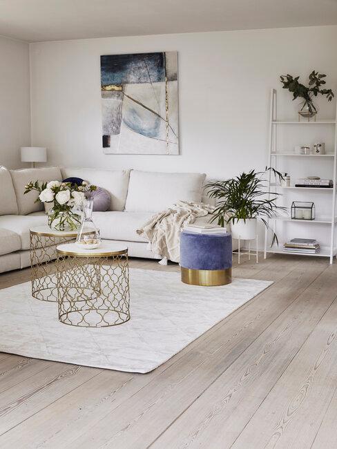 Ručne maľované obrazy v obývačke