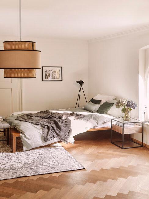 Spálňa a malá posteľ s vintage a modernými doplnkami