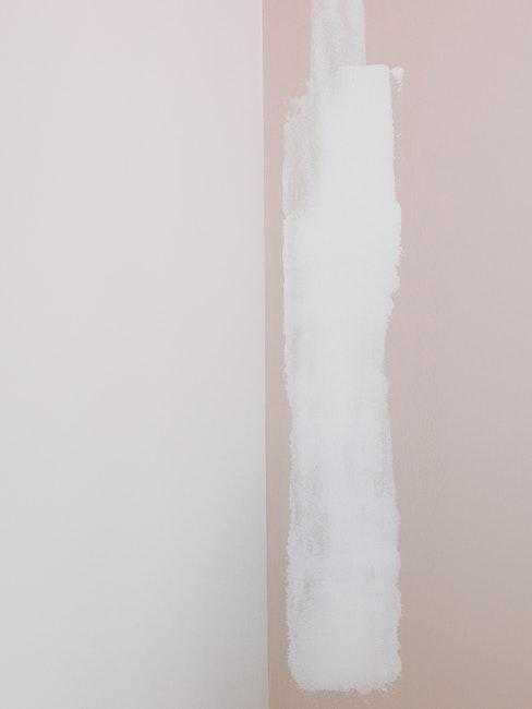 Natieranie farby na stenu