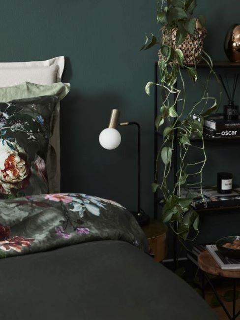 Tmavé farby stien v spálni