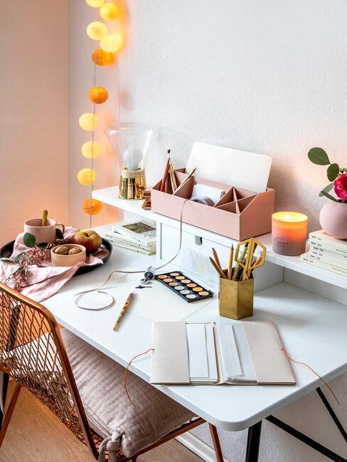 Písací stôl v tínedžerskej izbe